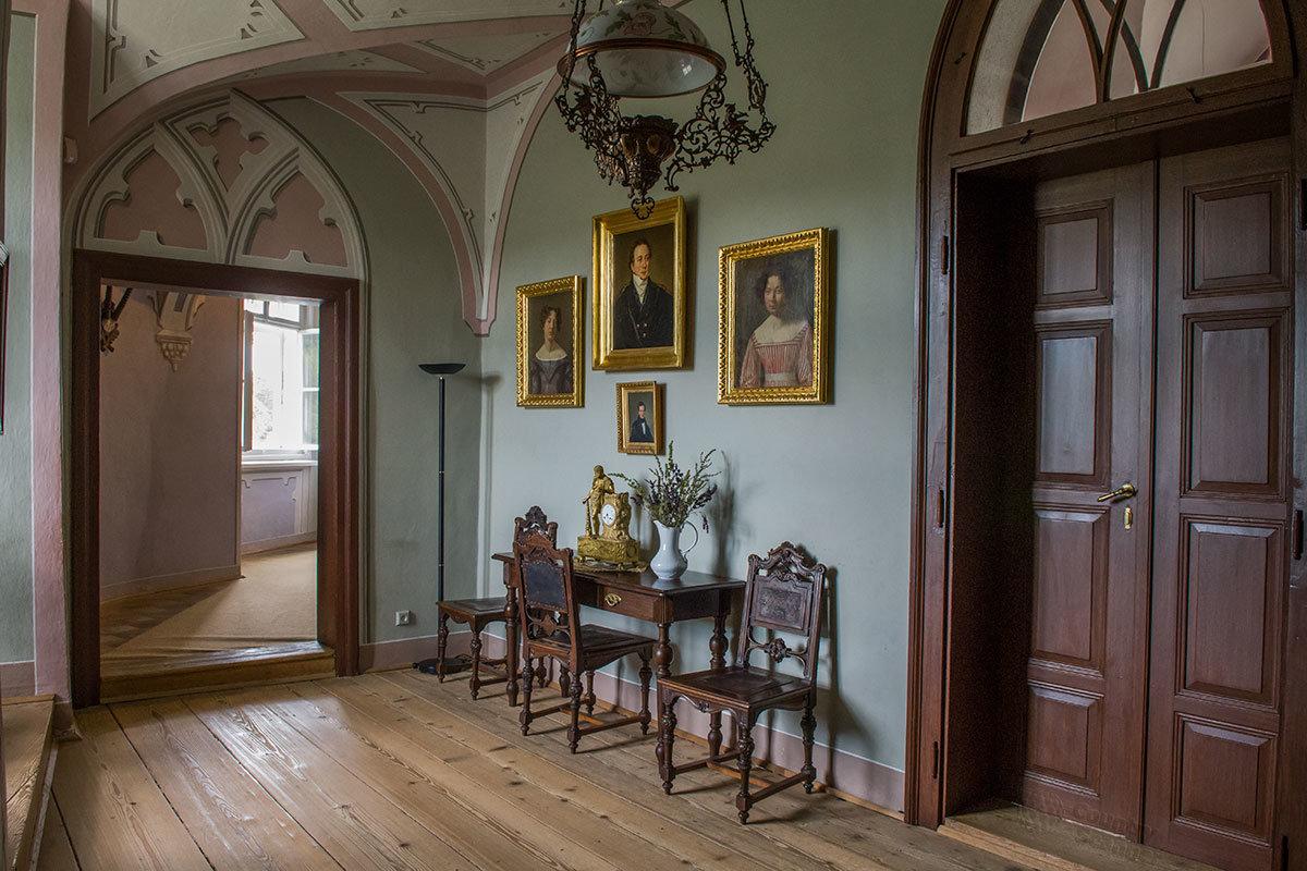 Уголок семейной картинной галереи в замке Битов содержит портреты хозяев и их родственников.
