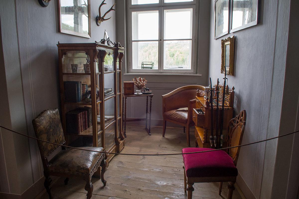 Малая библиотека замка Битов была и местом встреч и бесед с друзьями, курить здесь тоже не стеснялись.
