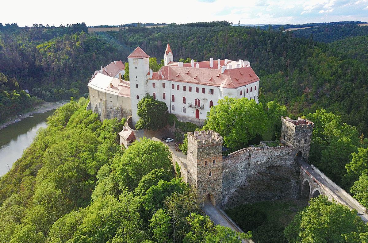 С востока замок Битов огражден мощной каменной стеной и рвом, через который переброшены два моста к двум башням.