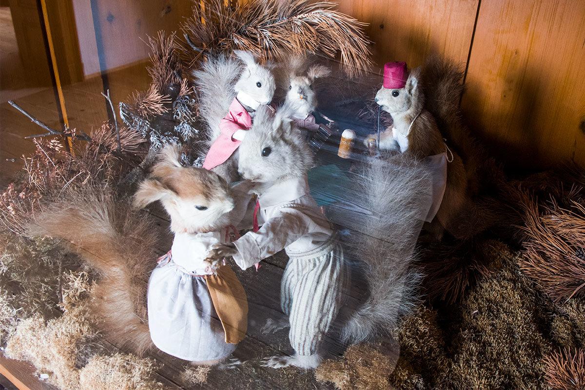 Наряженные в карнавальные костюмы белки, добытые на охоте, также присутствуют в замке Битов в виде чучел.