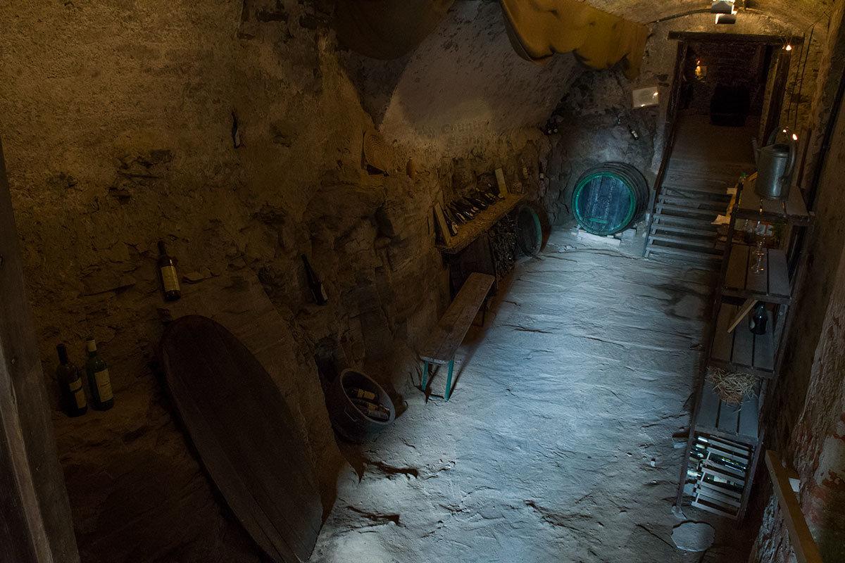 Полумрак винного подвала замка Битов все же позволяет рассмотреть его нехитрое устройство и оборудование.