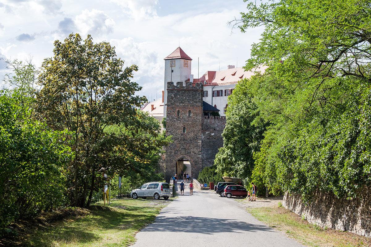 Сейчас попасть в замок Битов можно по одному из мостов, переброшенных через бывший оборонительный ров.