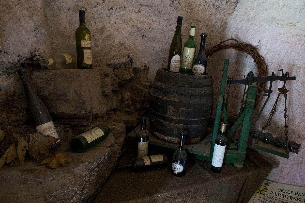 Признаков дегустации вин местного производства в винном склепе замка Битов нет, кроме опустошенных бутылок.