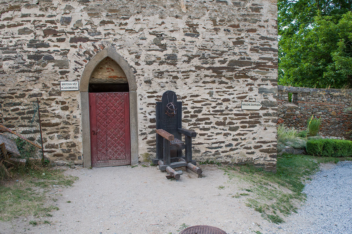 Возле входа в пыточную замка Битов выставлено устрашающее кресло, специально сконструированное для причинения мучений.