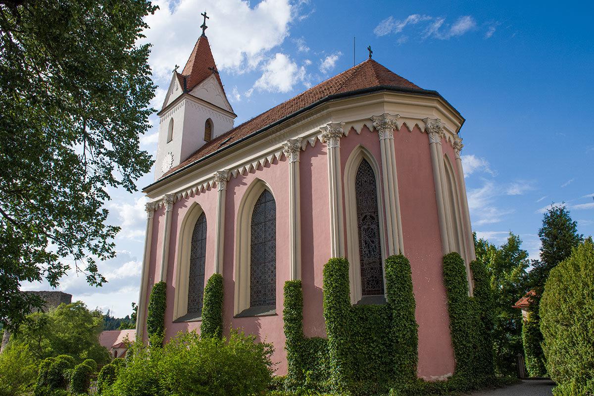 Старинный костел замка Битов имеет необычную алтарную апсиду готического стиля, с большой высотой и протяженностью.