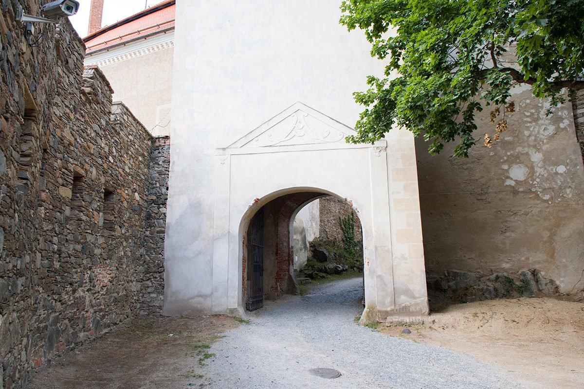 Темные каменные крепостные стены, ограждающие замок Битов, контрастируют со светлыми постройками более поздних лет.