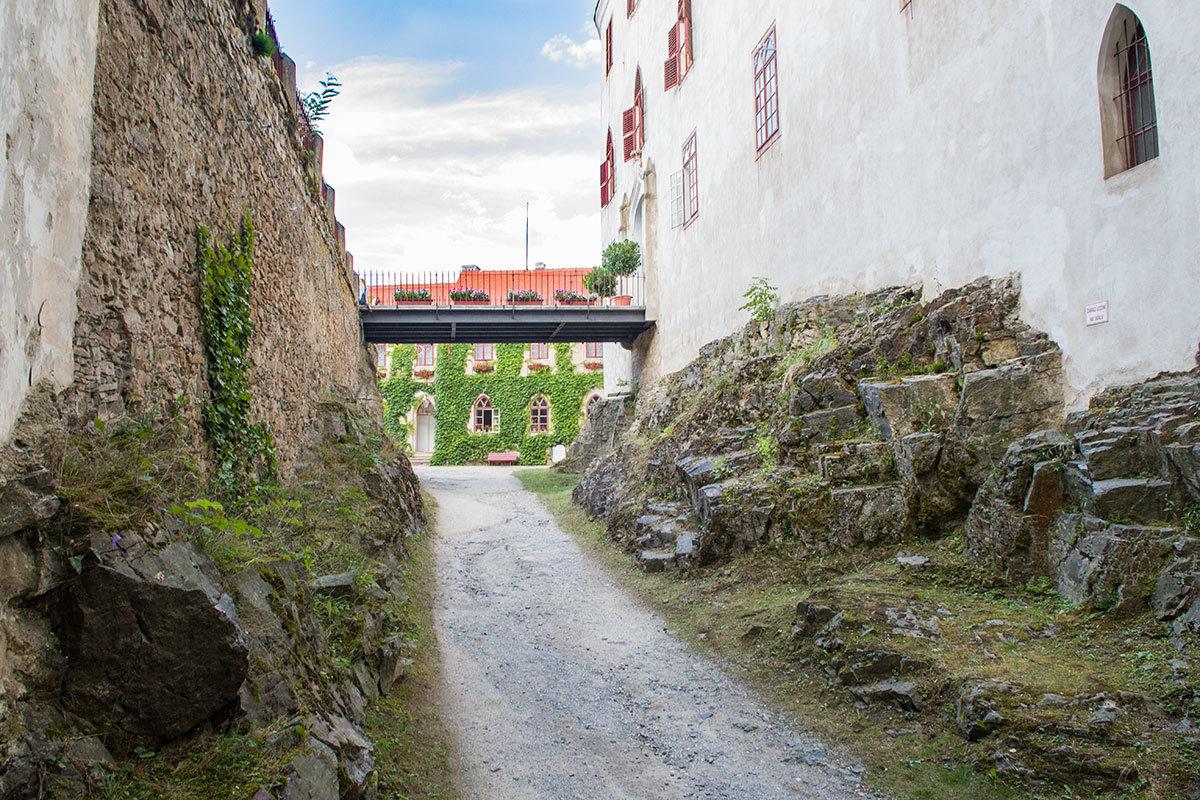 По обычаям Средневековья проход во дворец замка Битов идет по перекидному мосту, который легко защищать при нападении.