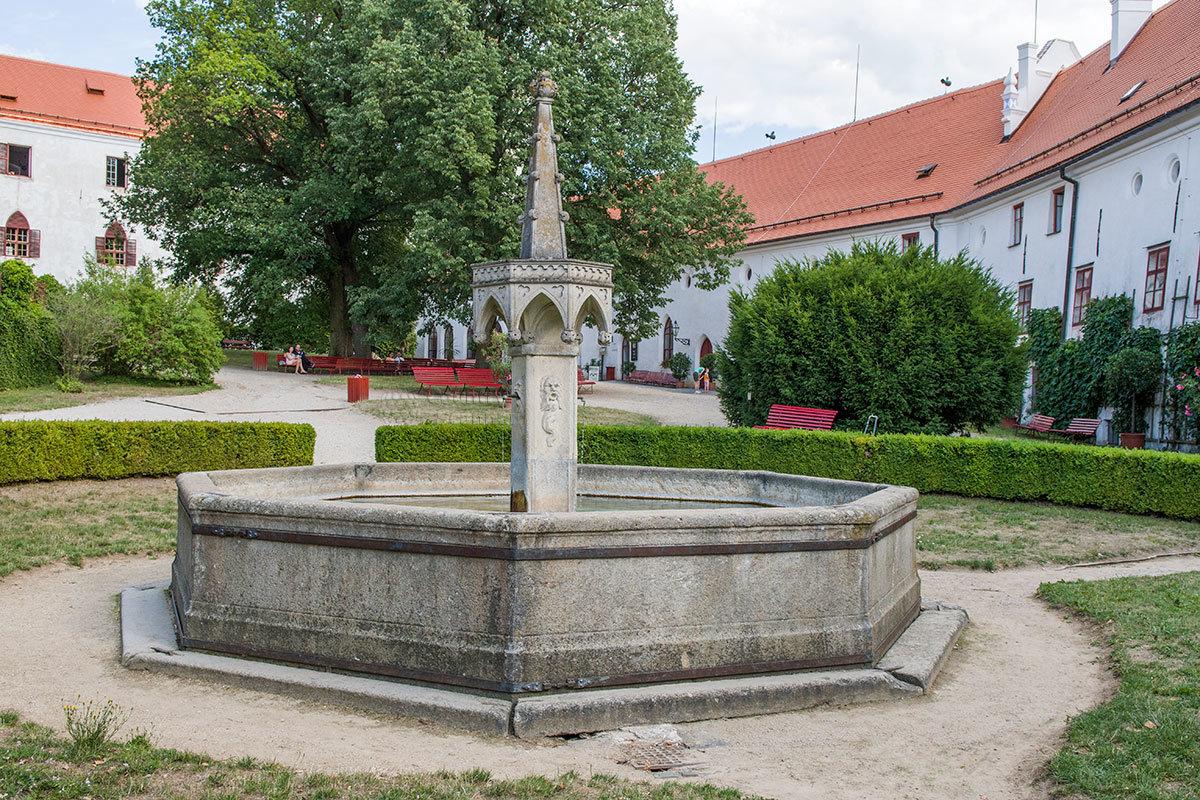 Фонтан во внутреннем дворике замка Битов построен на месте колодца, в старину снабжавшего цитадель водой.