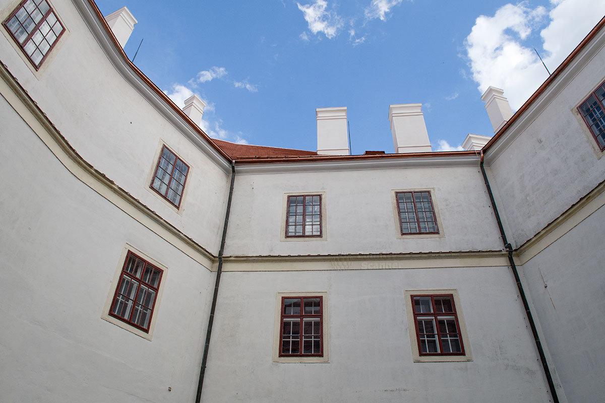 Прошедшим по мосту от башни в замок Битов посетителям предстает внутренний двор, образованный несколькими зданиями.