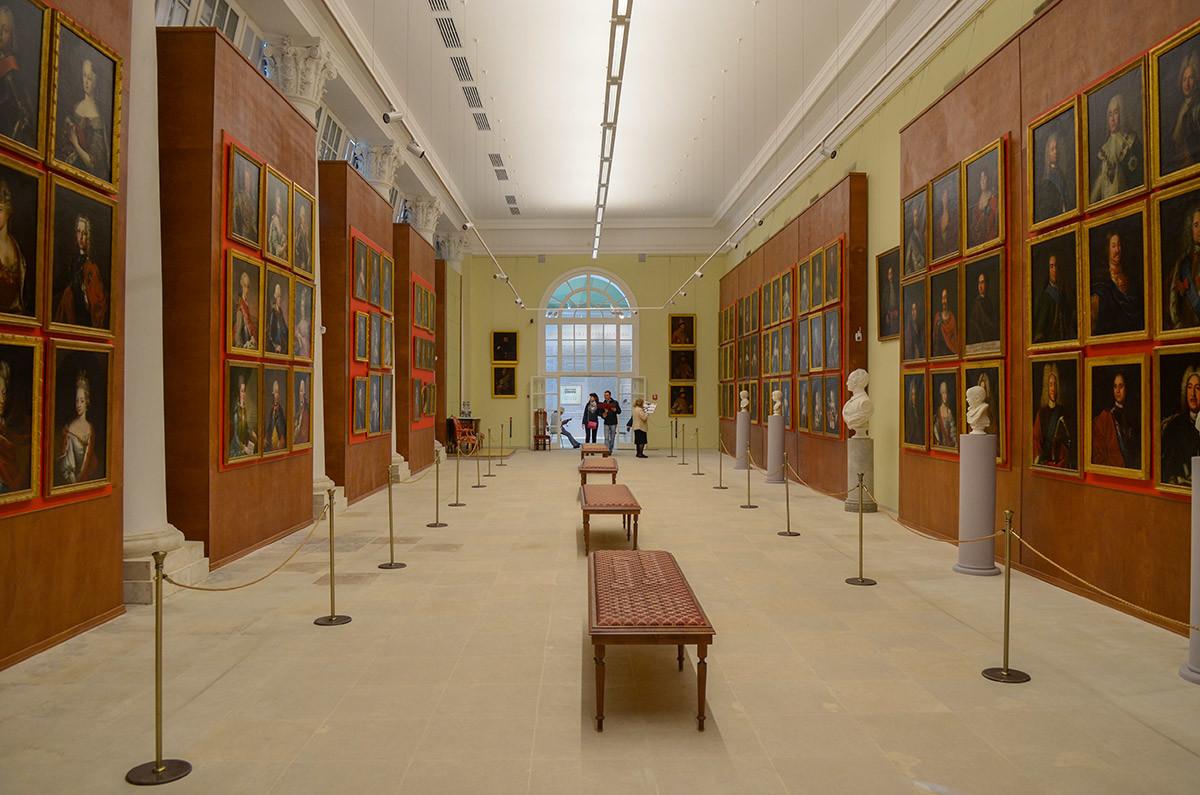 Оформлением и размещением портретов Большая каменная оранжерея в Кусково напоминает Военную галерею героев 1812 года в питерском Эрмитаже.