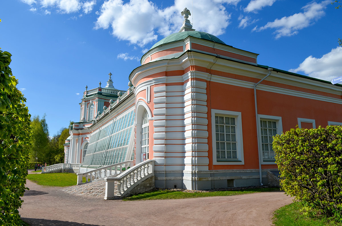 Восточный флигель здания Большой каменной оранжереи открывает доступ на выставку фарфоровых и стеклянных изделий.