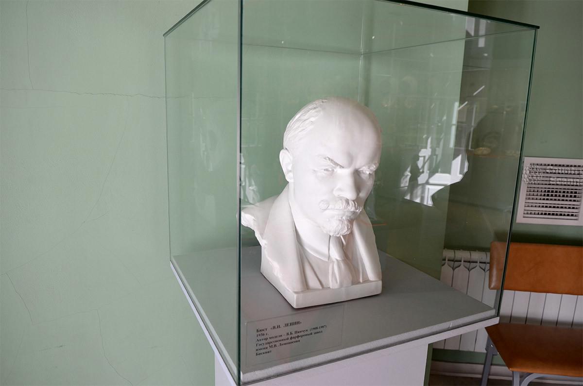 Музей керамики, в отличии от экспозиции картин Большой каменной оранжереи, фото делать запрещает. Ленина засняли из-под полы.