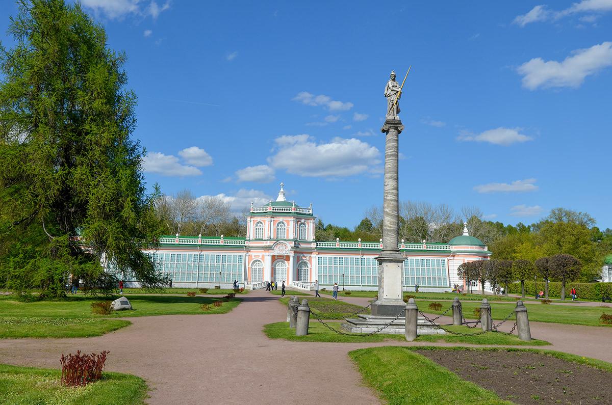 Мраморная колонна воздвигнута перед Большой каменной оранжереей в ознаменование визита в Кусково императрицы Екатерины Великой.