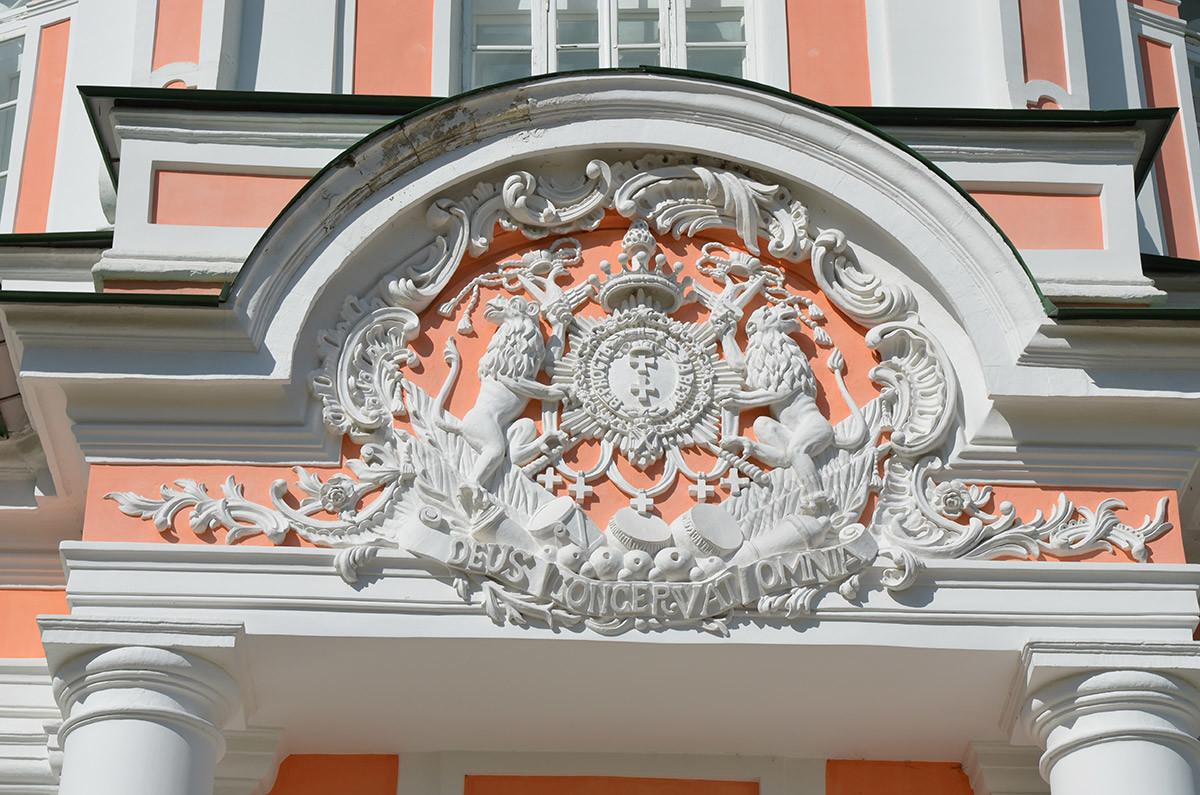 На фронтоне центрального входа в Большую каменную оранжерею изображен графский герб Шереметевых и фамильный девиз.