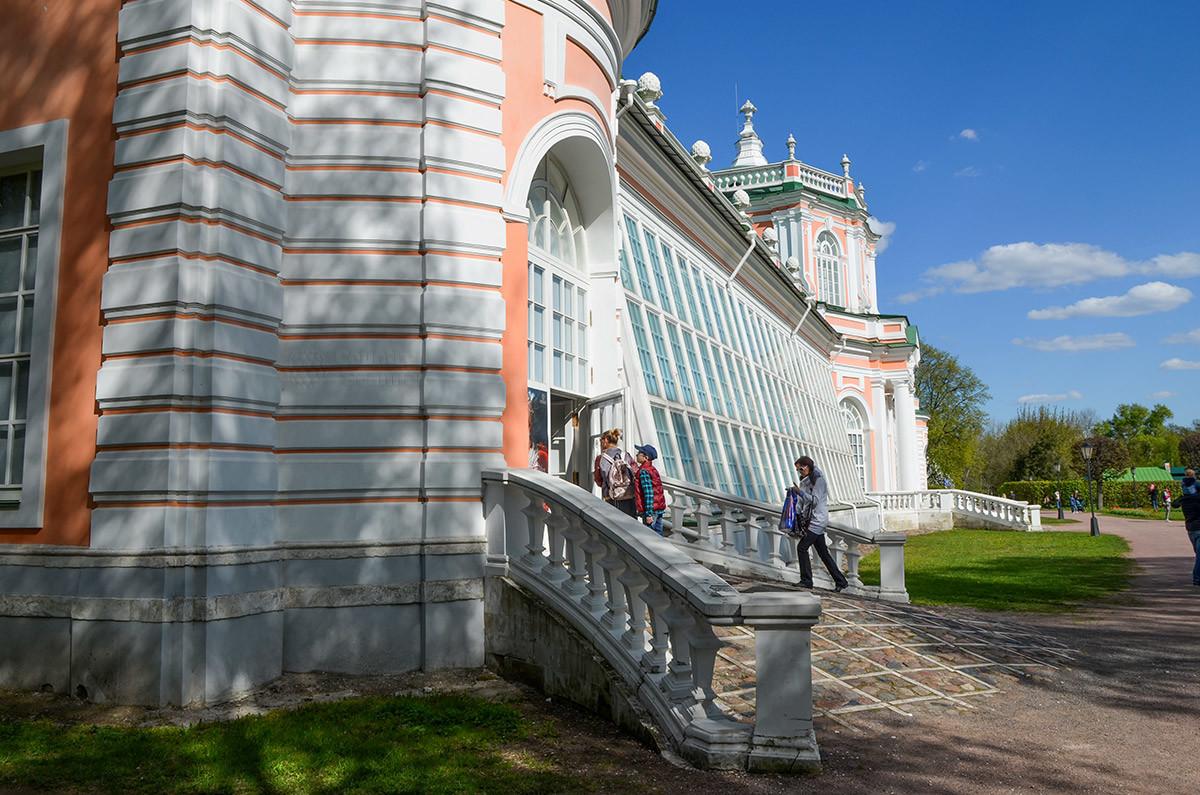 Наклонное остекление боковых галерей в сочетании с прямыми башнями составляют своеобразие конструкции Большой каменной оранжереи.