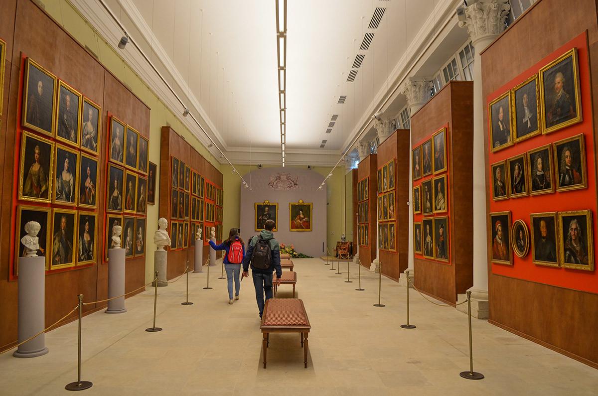 Портретная галерея, размещенная в Большой каменной оранжерее усадьбы Кусково, насчитывает более 120 изображений.