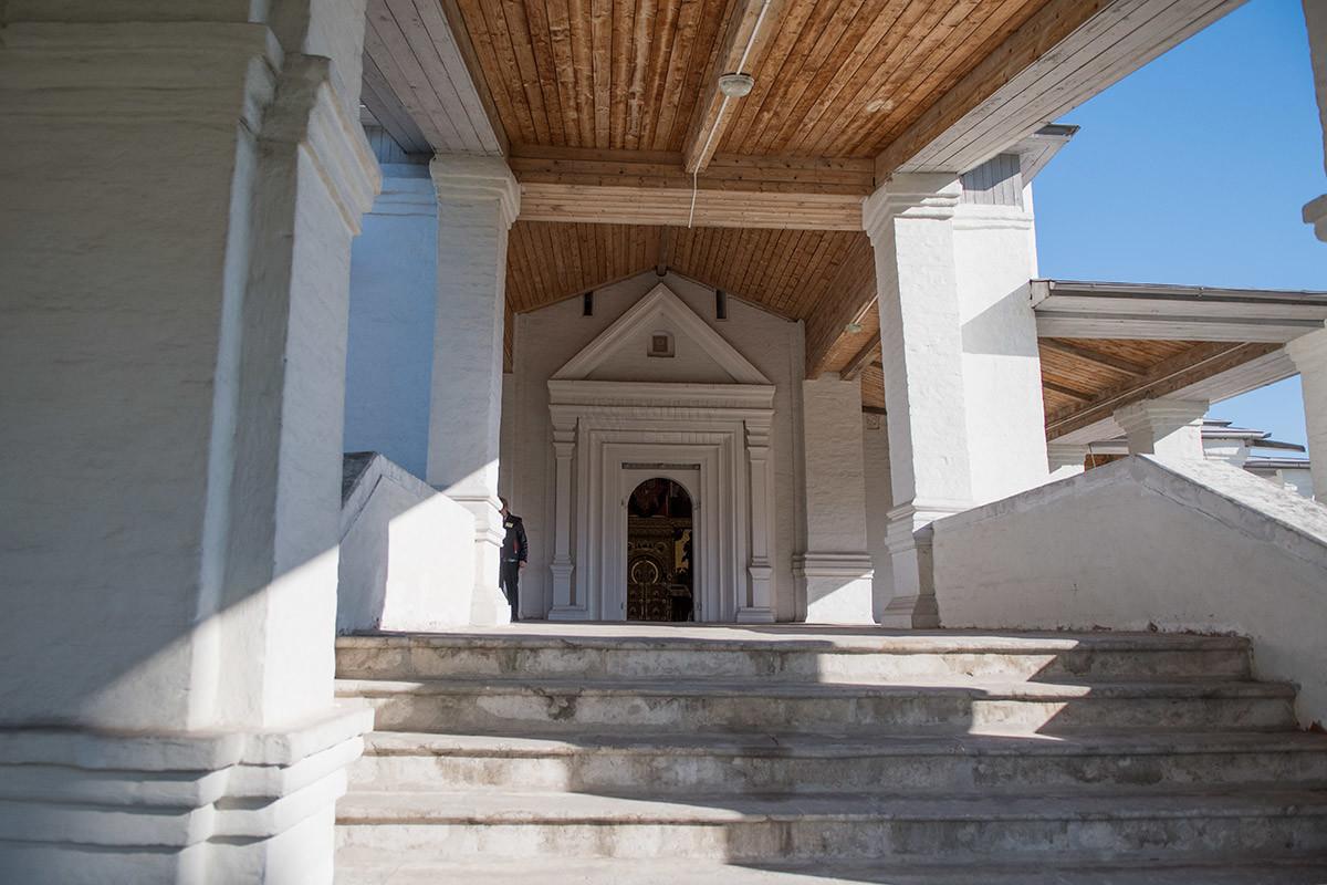 Белокаменные конструкции лестниц и колонн навеса над крыльцом, ведущим в храм Вознесения Господня в Коломенском.