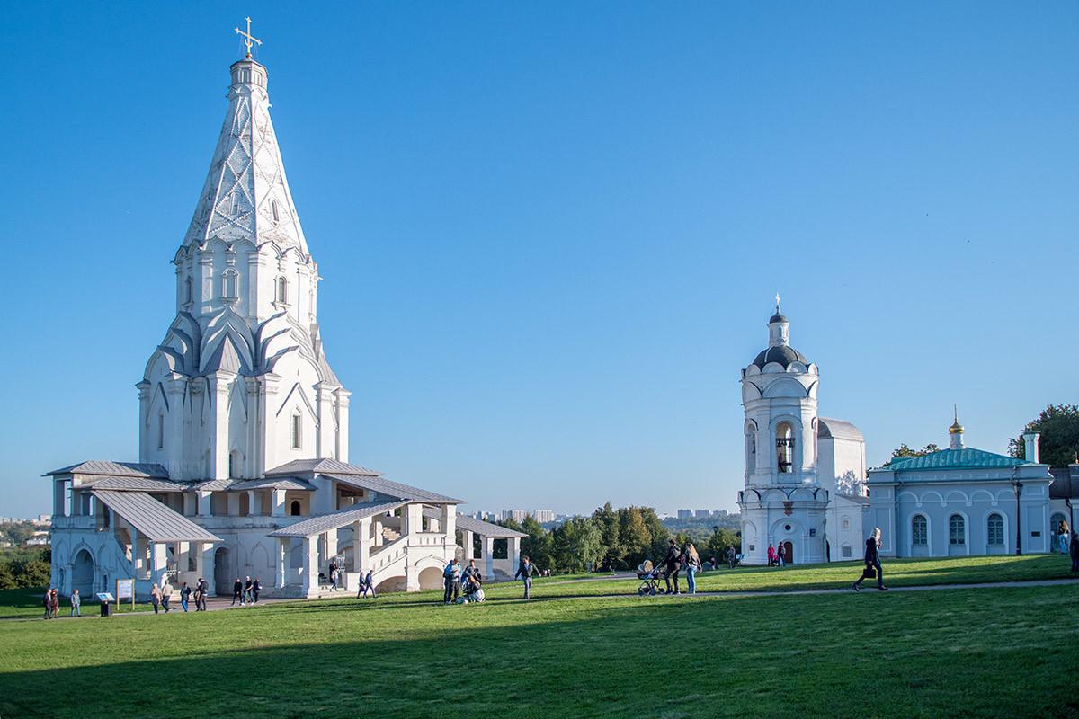 Вид на храм Вознесения Господня в Коломенском, справа – церковь Георгия Победоносца и колокольня.