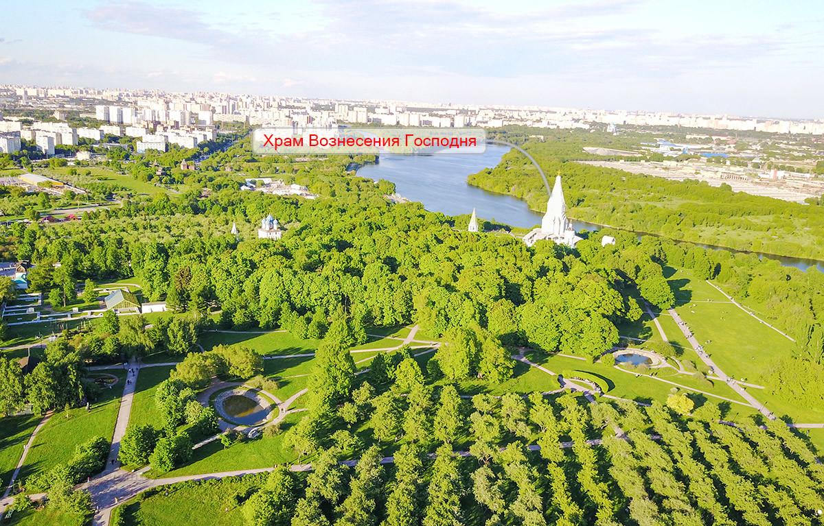 Находящийся на крутом речном берегу храм Вознесения Господня в Коломенском виден со всех концов территории музея-заповедника.