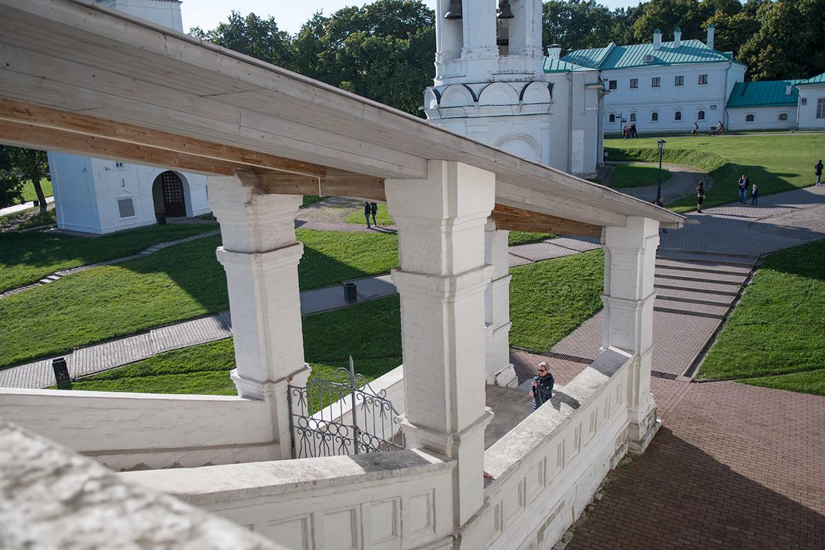 Вид с крытой галереи, опоясывающей храм Вознесения Господня в Коломенском, на конструкции крыльца и лестницы с навесом.