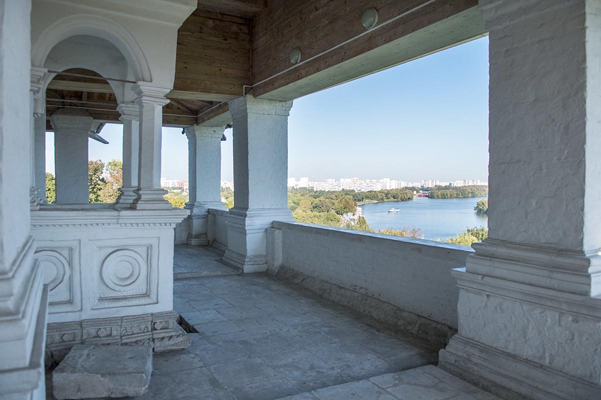 Царское место с видом на окрестности установлено снаружи храма Вознесения Господня в Коломенском из-за малой площади наоса.