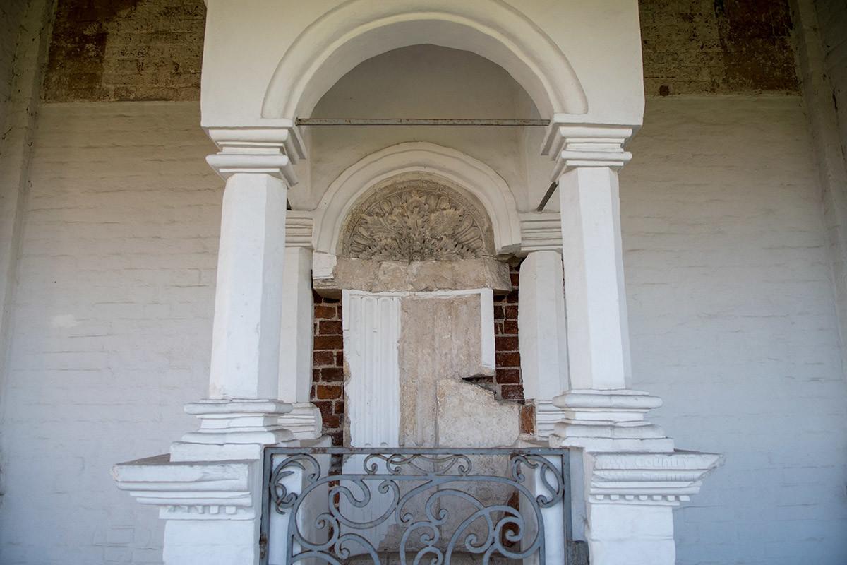 Фронтальный вид Царского места Ивана Грозного, в честь которого и построен храм Вознесения Господня в Коломенском.