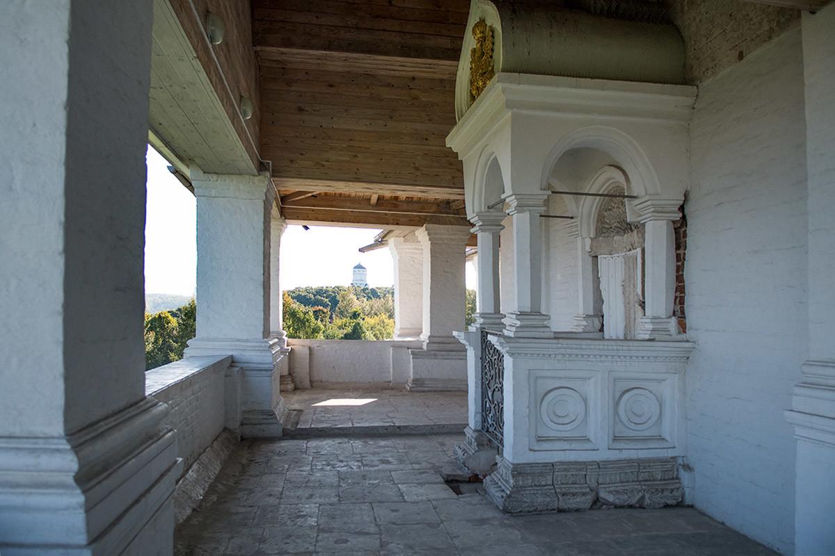 Из крытой галереи храма Вознесения Господня в Коломенском видна находящаяся в 200 метрах церковь Казанской иконы Божьей Матери.