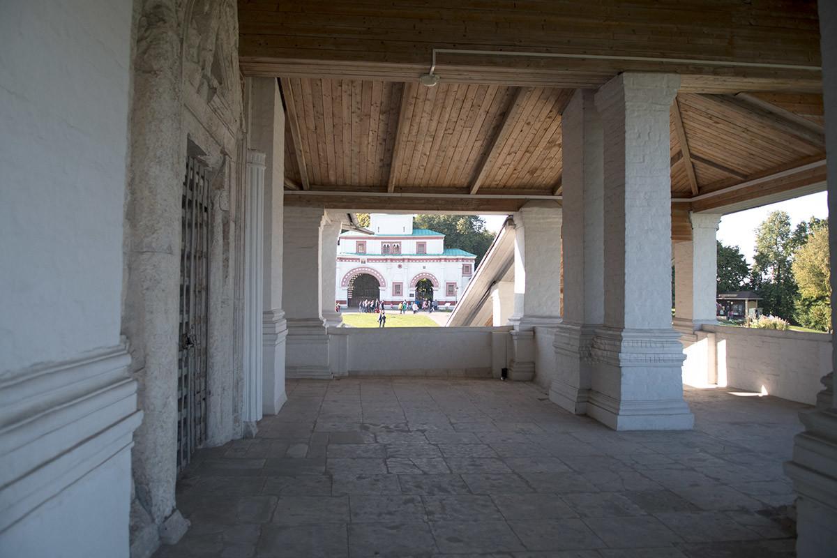 Одно из видимых со второго яруса храма Вознесения Господня строений – Передние ворота Государева двора.
