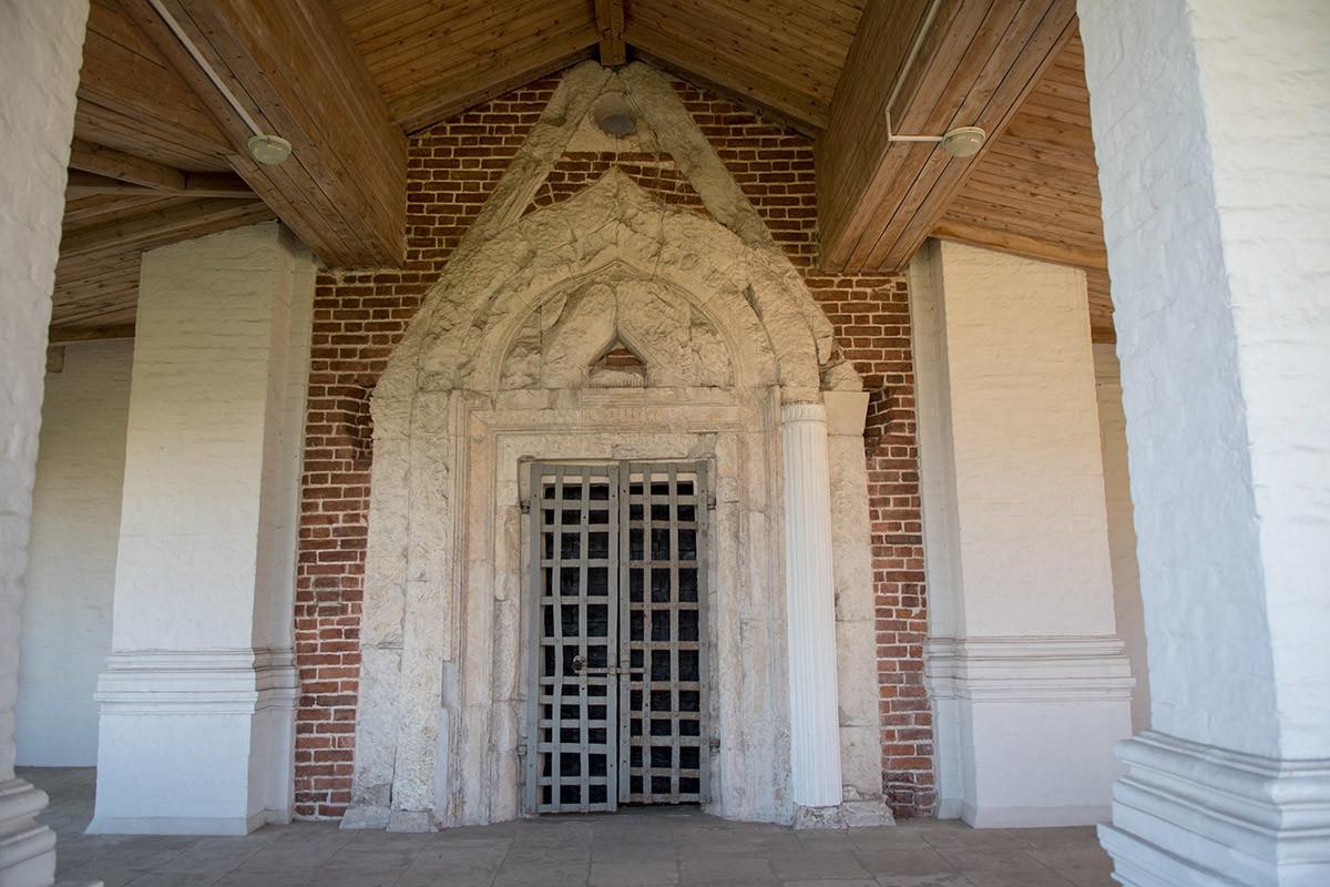 При восстановлении входов в храм Вознесения Господня в Коломенском были использованы и блоки из белого камня, и кирпич.