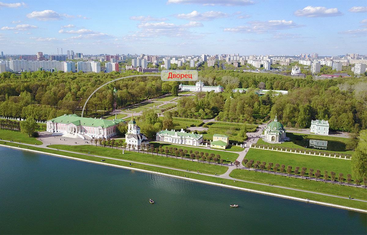 Указанный на фотографии стрелкой графский дворец в Кусково – центральное строение этой усадьбы, созданной Шереметевыми.