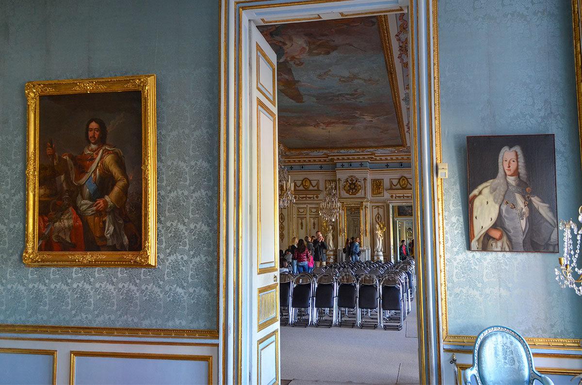 Рядом с Зеркальным залом дворца в Кусково размещается Портретная комната, у дверей – портреты Петра Великого и Александра Меншикова.