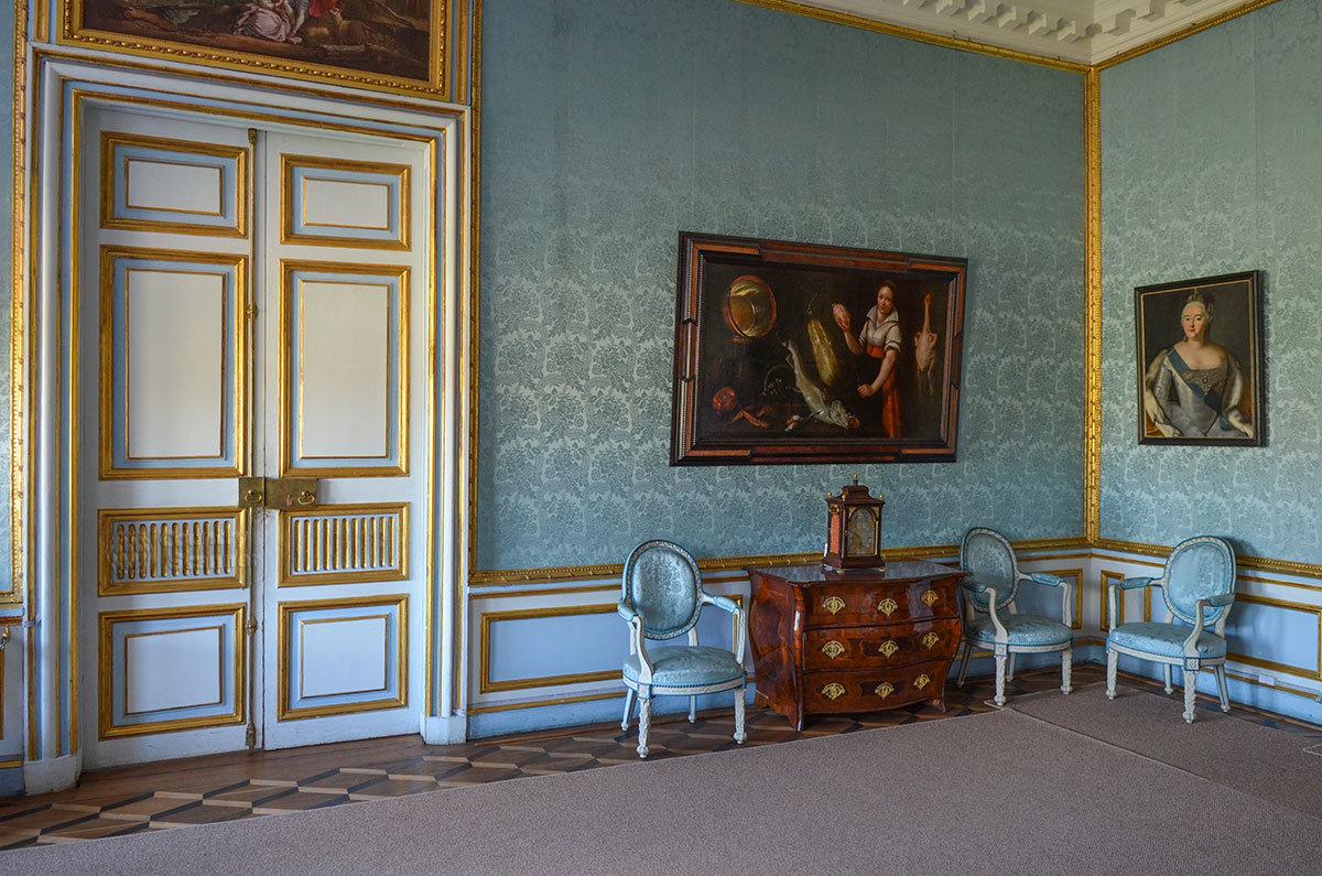 В Портретной дворца в Кусково рядом с портретом императрицы Елизаветы Петровны размещена жанровая картина.