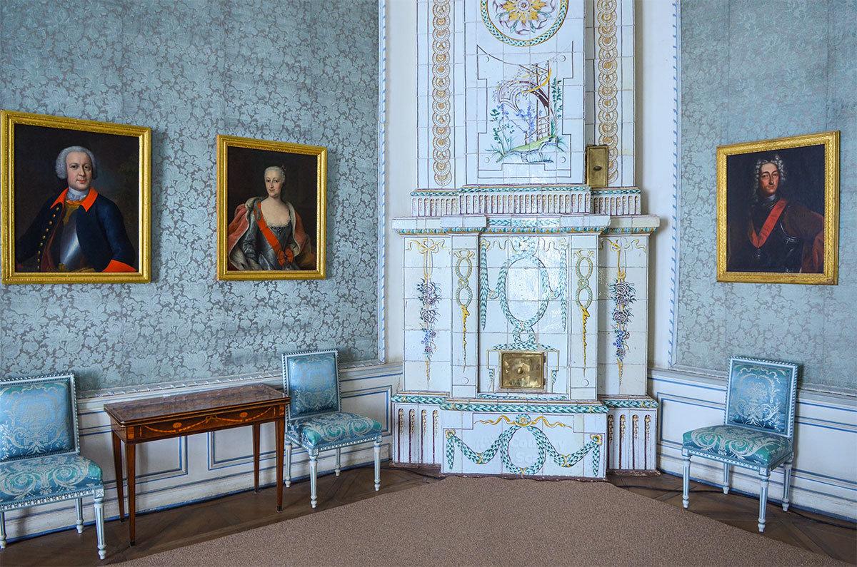 Отопительная печь в Портретной комнате дворца в Кусково украшен узорами на изразцовой плитке.