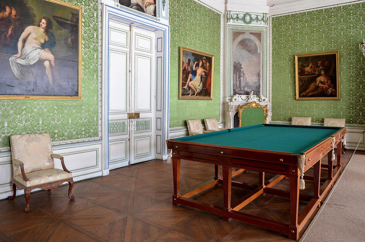 Биллиардная дворца Кусково оборудована специальным столом, стены украшены несколько фривольными картинами.