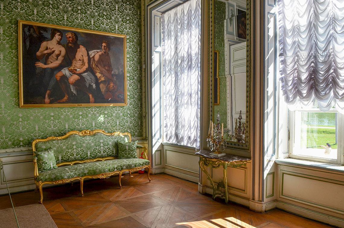 Отдохнуть между партиями игроки могут на диване в углу биллиардной комнаты, предусмотрительно установленном хозяином дворца в Кусково.