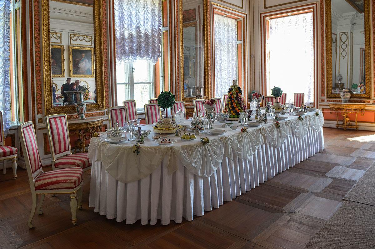 Мастера сервировки дворца в Кусково накрыли стол для торжественного обеда на уровне лучших столичных ресторанов.