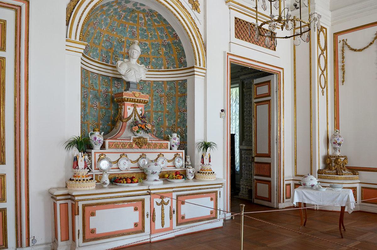Для проведения торжественных приемов и званых обедов дворец в Кусково имеет просторную столовую, украшенную пирамидой на входе.