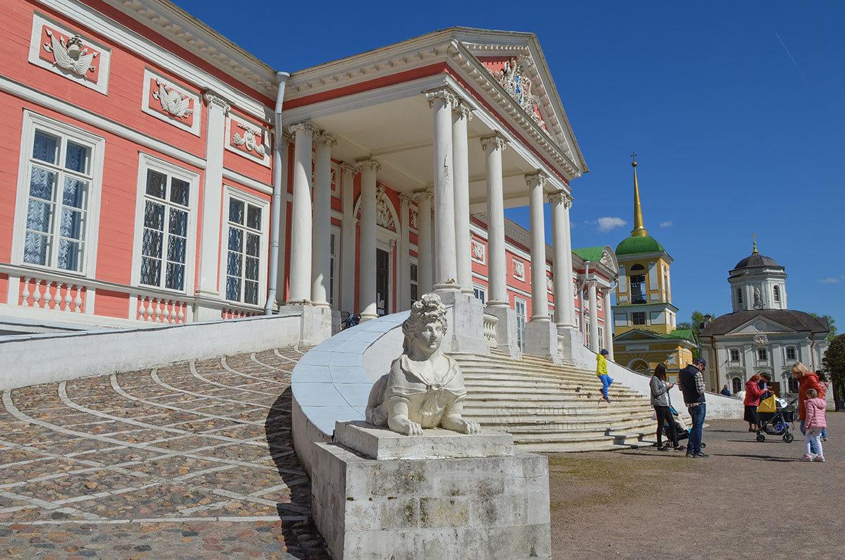 Входа во дворец в Кусково можно достигнуть как по пешеходной лестнице, так и в конном экипаже по двухстороннему пандусу.