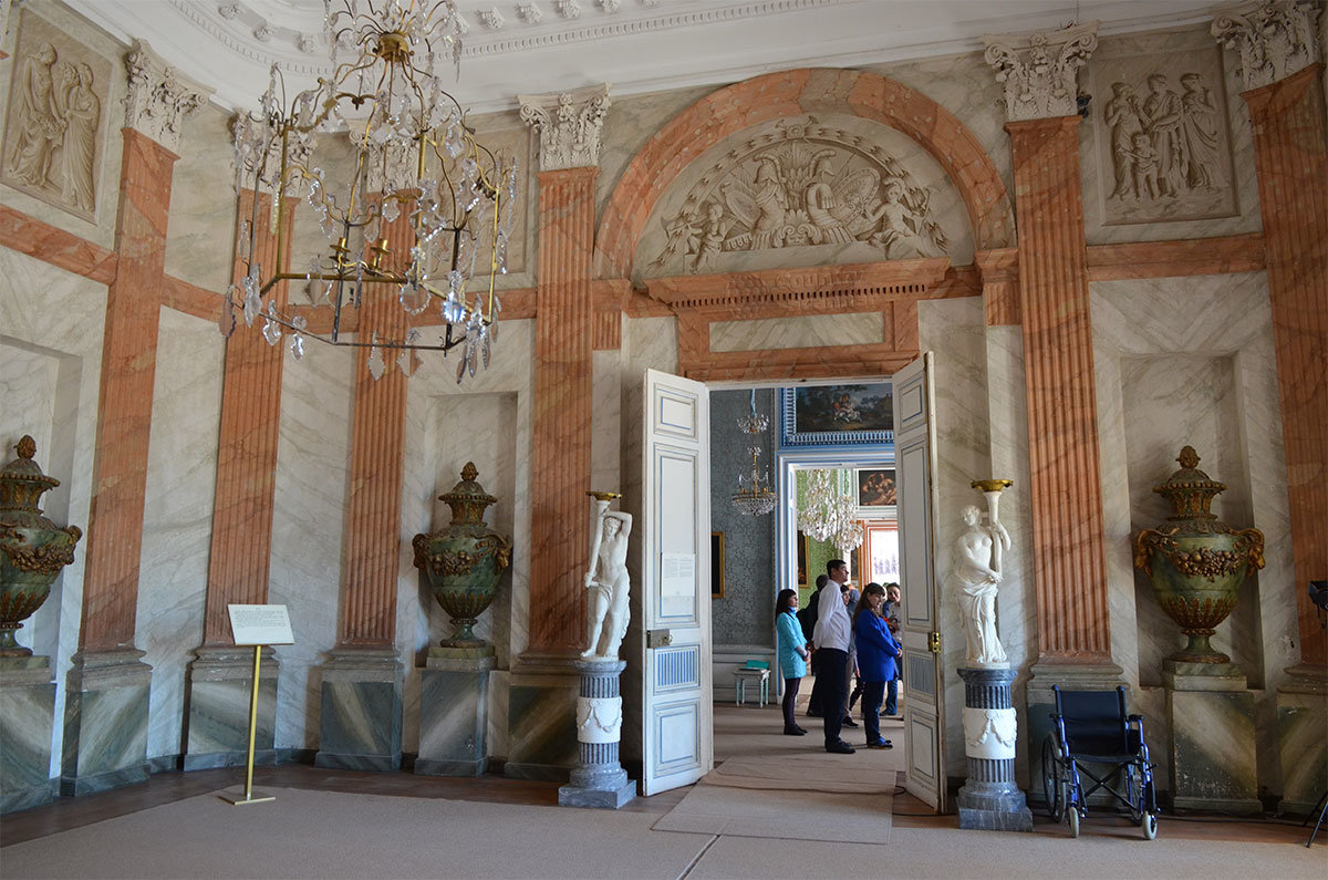 Своих посетителей дворец в Кусково встречает внушительно оформленным вестибюлем, где использованы простые и дешевые материалы.