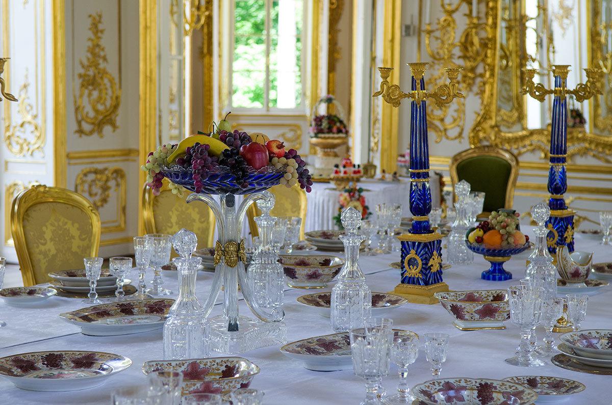 Представленные в сервировке стола павильона Эрмитаж в Царском селе изделия изготовлены по образцам Русского музея.