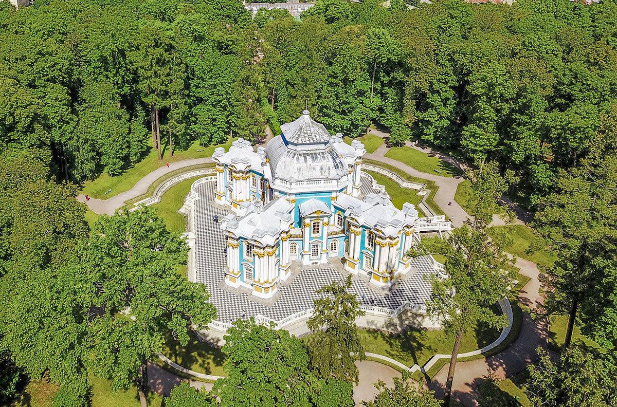 Уединенное место для общения российских императриц с приближенными и гостями, без свидетелей и даже слуг – Эрмитаж в Царском селе.