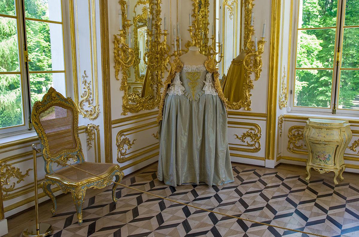 Платье с накидкой золотого шитья в павильоне Эрмитаж в Царском селе – копия наряда Елизаветы Петровны, выполненная по ее портретам.