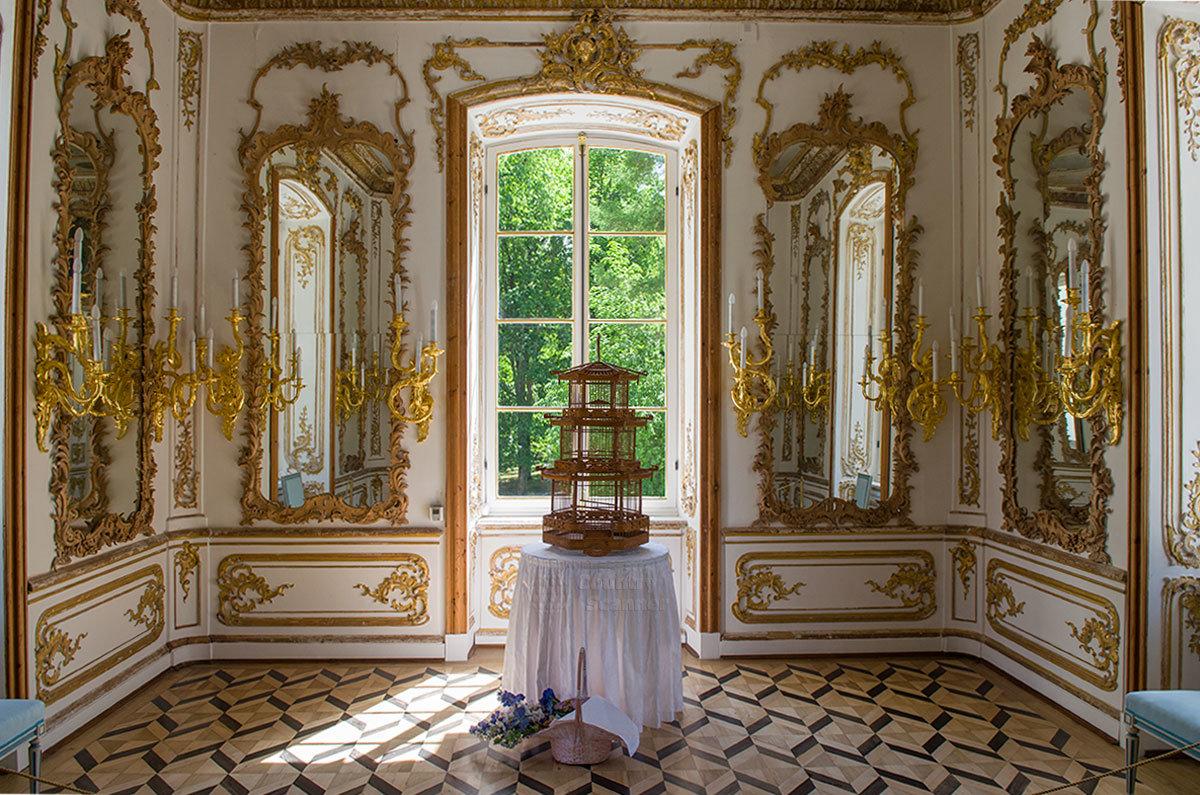 Интерьер одного из боковых кабинетов павильона Эрмитаж в Царском селе украшен многими зеркалами, многие детали позолочены.