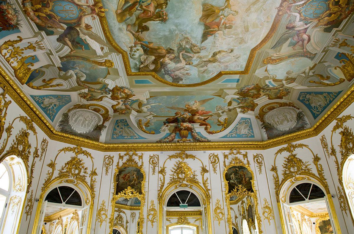 Потолочную роспись парадного зала павильона Эрмитаж в Царском селе на мифический сюжет выполнил итальянец Джузеппе Валериани.