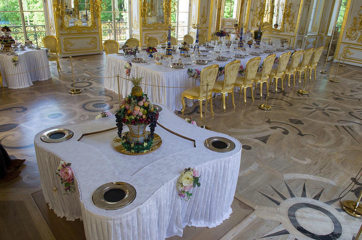 Обеденные столы главного зала павильона Эрмитаж в Царском селе сервированы с большим мастерством.