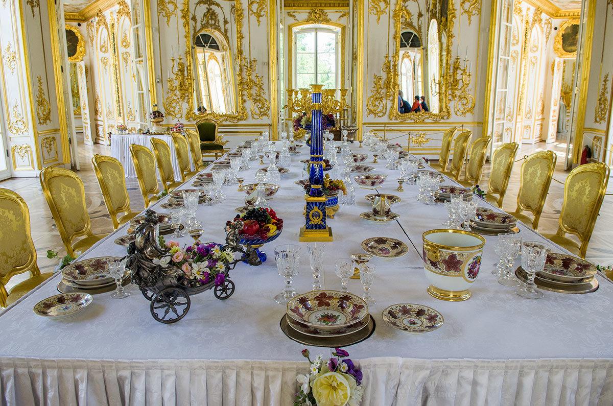 Этот громоздкий стол павильона Эрмитаж в Царском селе можно опустить вниз, преобразуя обеденный зал в танцевальный.