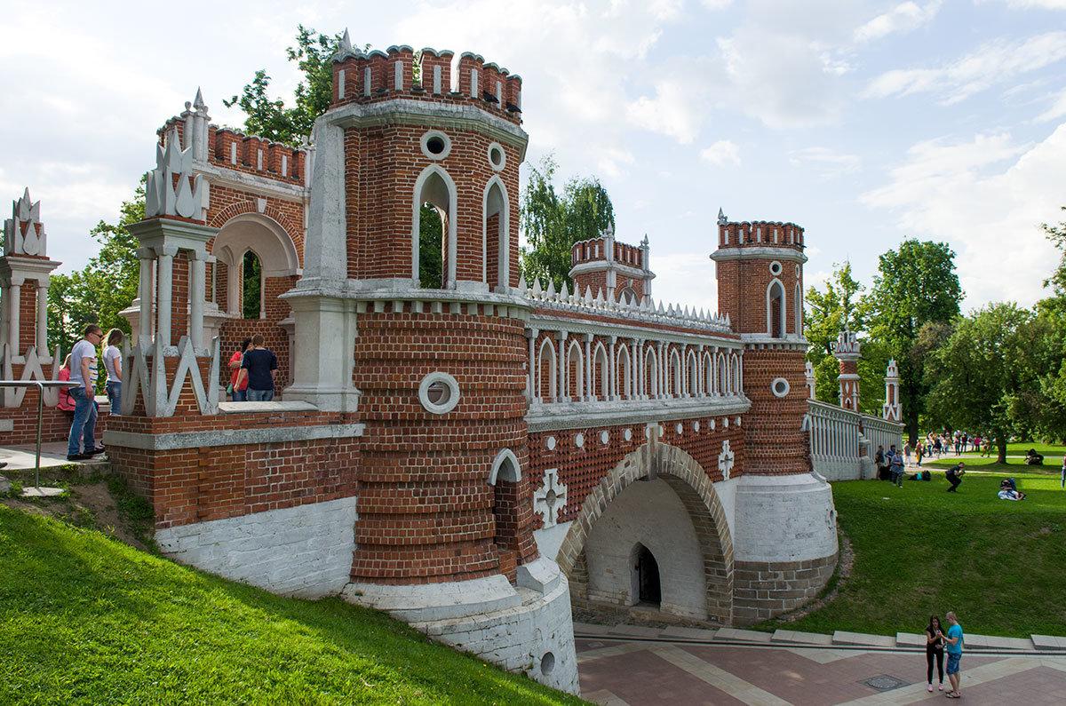 С прилегающего откоса фигурный мост, работа Василия Баженова, можно рассмотреть полностью, от нижней проходной арки до башен.