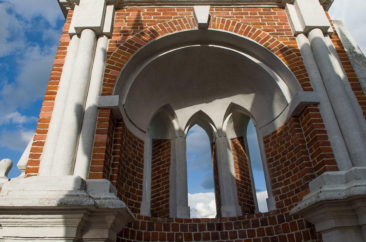 На фотографии представлена оригинальная задумка Баженова – располовиненная по вертикали башня на фигурном мосту, раздвинутая от прохода.