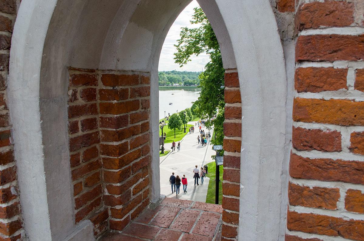 Фигурный мост позволяет через арочные бойницы половинок башен рассматривать окрестности и делать оригинальные фото.
