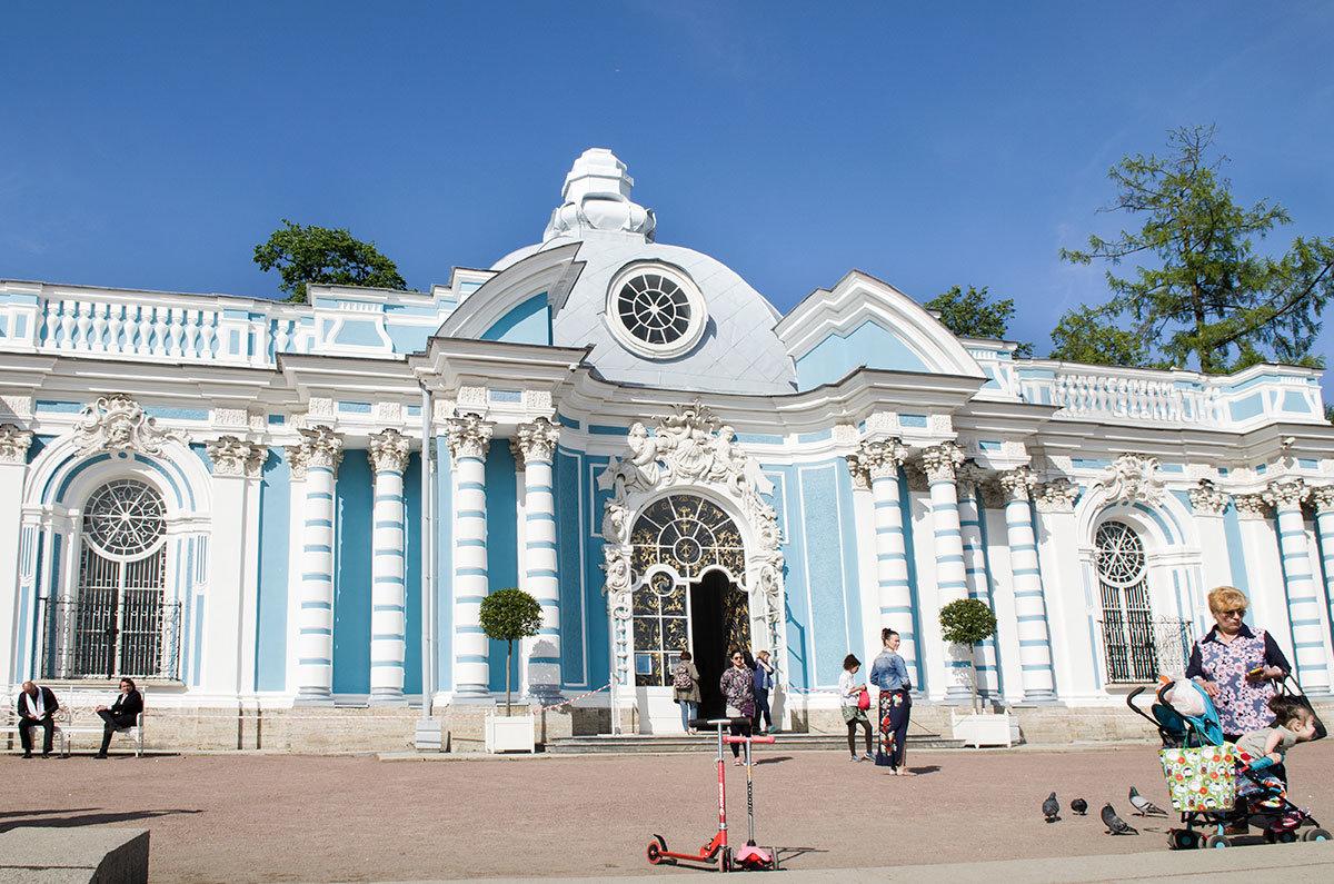 В центральной части Грот в Царском селе украшен живописным фасадом, входная арка обрамлена искусной лепниной.